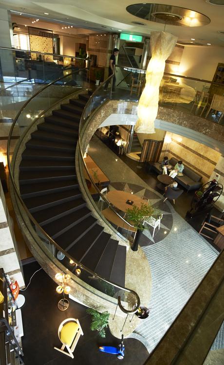2011年の大阪マルキン家具、リニューアル後の階段周り