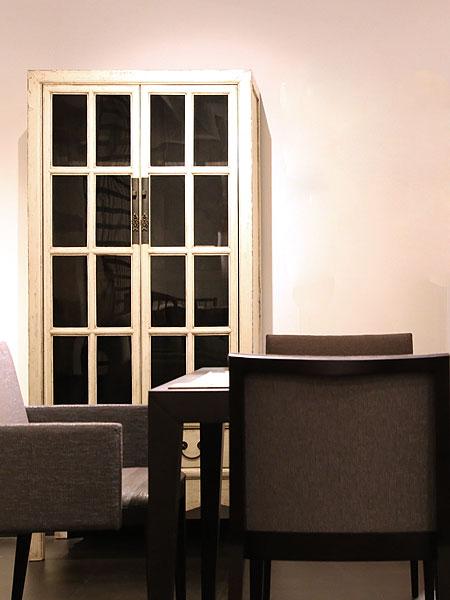 アンティークの家具、古材の家具 アンティークな白いキャビネット