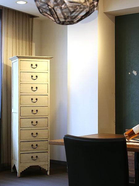 アンティークの家具、古材の家具 目を引く白い古材のハイチェスト