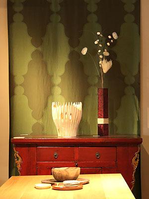 アンティークの家具、古材の家具 目を引く赤い古材キャビネット
