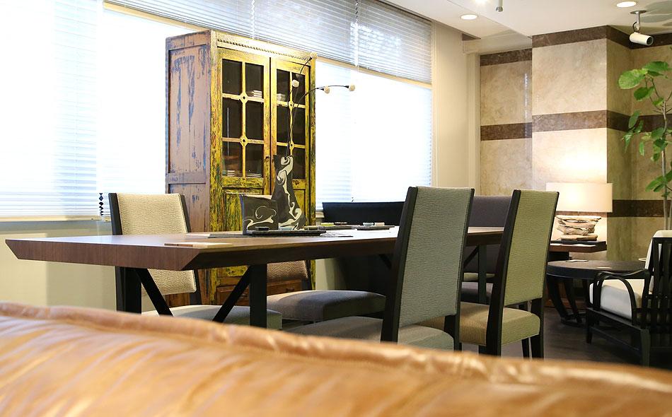 アンティークの家具、古材の家具 目を引く黄色いキャビネット
