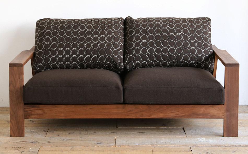 Kvadrat(クヴァドラ)の生地に皆川明デザインが入った2人掛けソファ