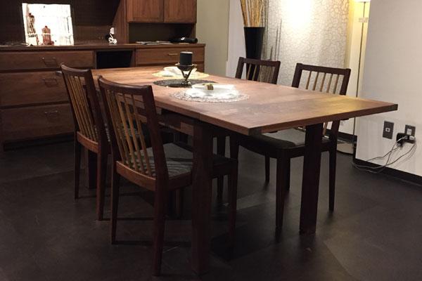 濃い床とウォールナットの家具の見た目の圧迫感