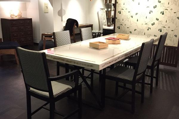 濃い床の圧迫感を減らすために明るい色の家具を置いて圧迫感を軽減する