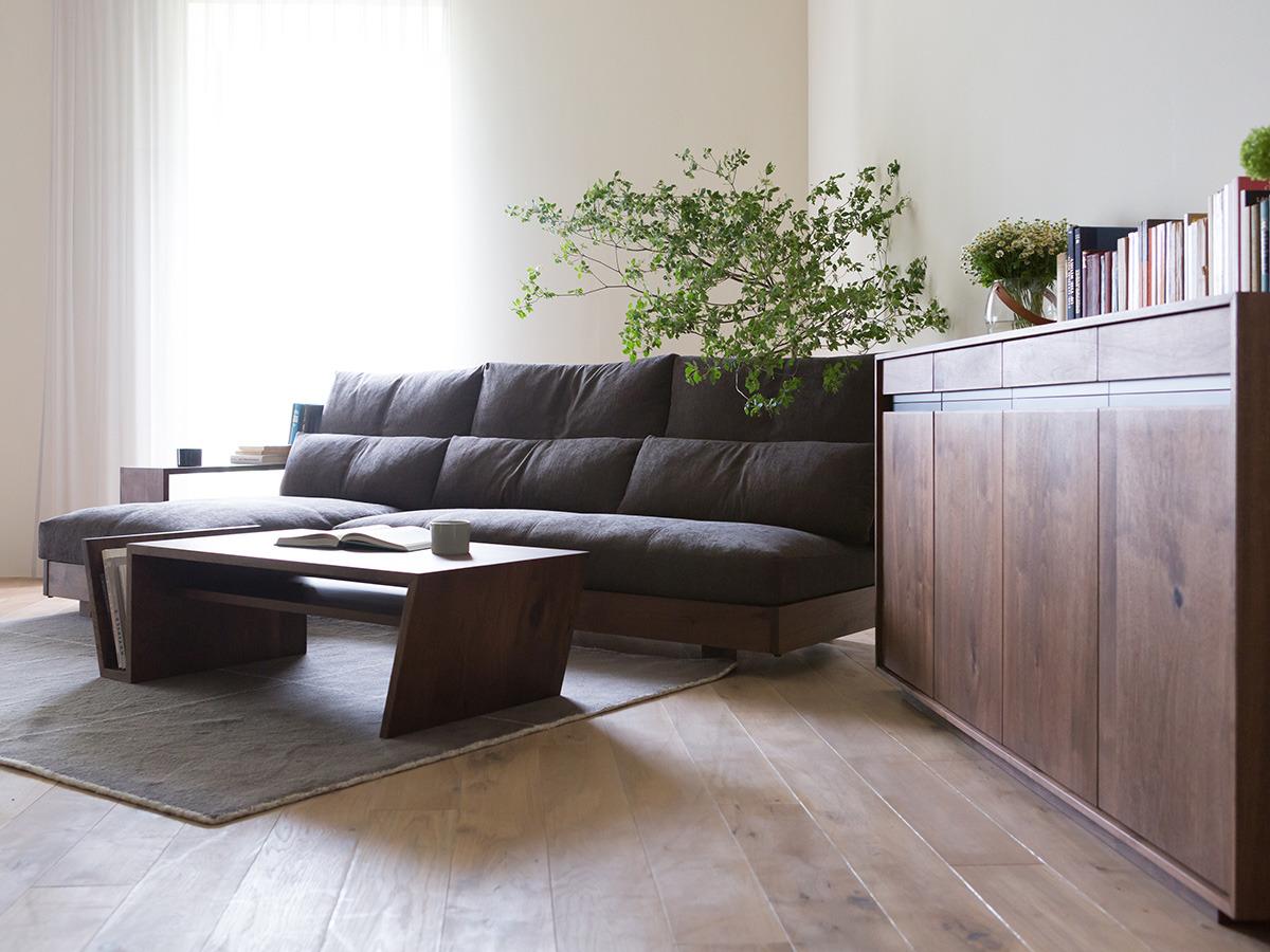 ソファの座面は一枚のクッションなので、隙間なくどこに座っても心地の良い座り