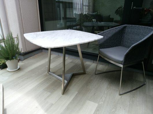 大理石テーブルとhanachair