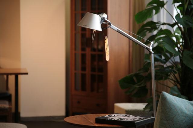 おしゃれな照明 ヤマギワ照明 フロアスタンド Artemide(アルテミデ)「TOLOMEO」の大阪ショールーム展示画像