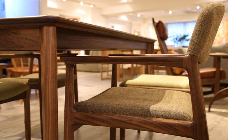 ダイニングテーブル選びのポイント、肘ありの場合、テーブルに収まる高さに注意する width=