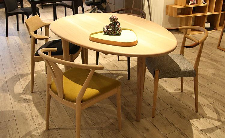テーブルとチェアの組み合わせ、日進の椅子をバラバラに組み合わせました