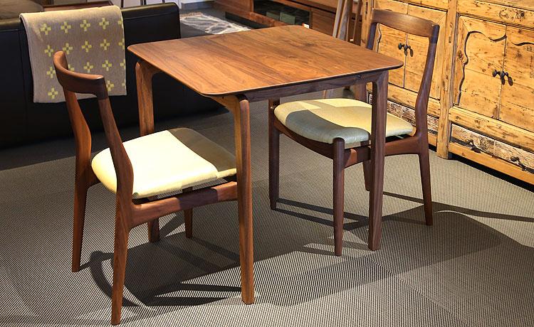 テーブルとチェアの組み合わせ、ウォールナット材の3点セット
