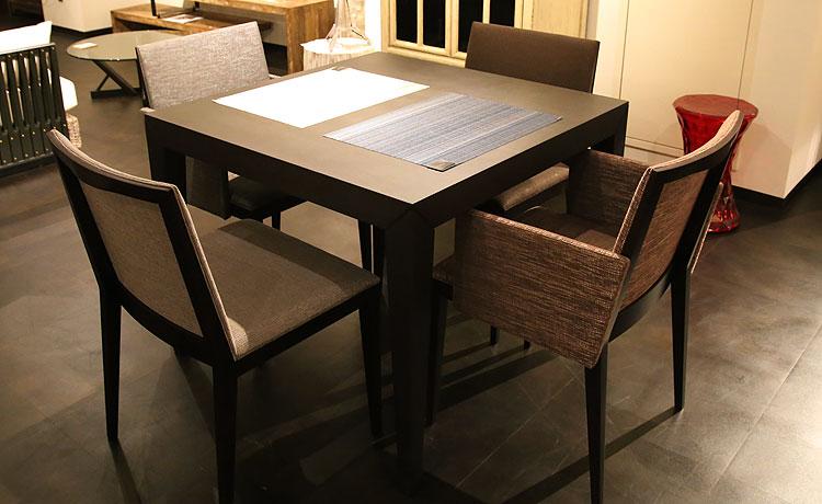 ダイニングテーブル選びのポイント、3人ぐらいで使用する場合、幅120cm以下のテーブルが一般的