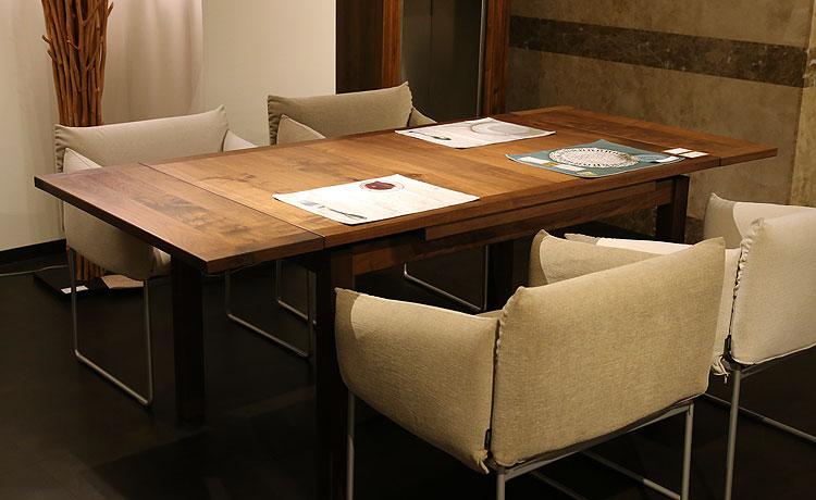 ダイニングテーブルには、伸長式タイプなど御来客時に対応しやすいテーブルもオススメです