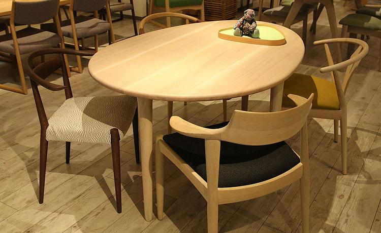 テーブルとチェアの組み合わせ、日進の変形テーブル
