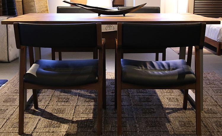 ダイニングテーブル選びのポイント、チェアの幅がテーブルの脚の間に収まるか注意する