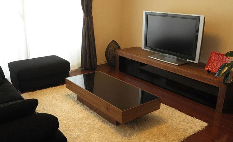 ローテーブル選びのポイント、脚をウォールナットとブラックガラスで合わせたシーン