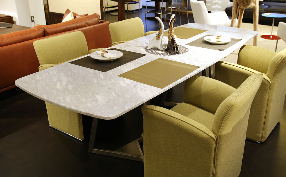 テーブルとチェアの組み合わせ、大理石のテーブルとソファーチェアを合わせた5点セット