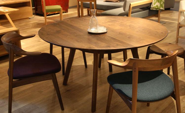テーブルとチェアの組み合わせ、九州のラウンドテーブルと飛騨の椅子