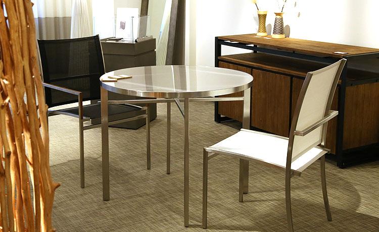 ダイニングテーブル選びのポイント、円形の場合は、直径110cm以下でも十分にスペースがあります