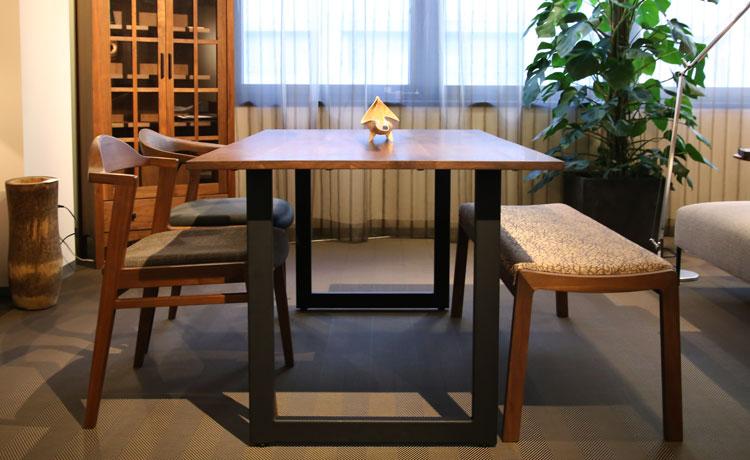 テーブルとチェアの組み合わせ、ウォールナット材を合わし、椅子とベンチはバラバラの組み合わせ