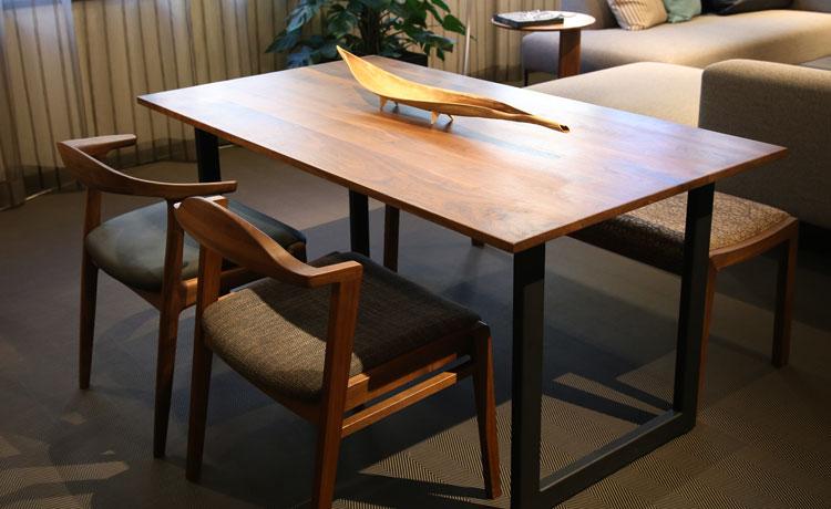 テーブルとチェアの組み合わせ、ちょい肘の違う椅子を合わせた4点セット