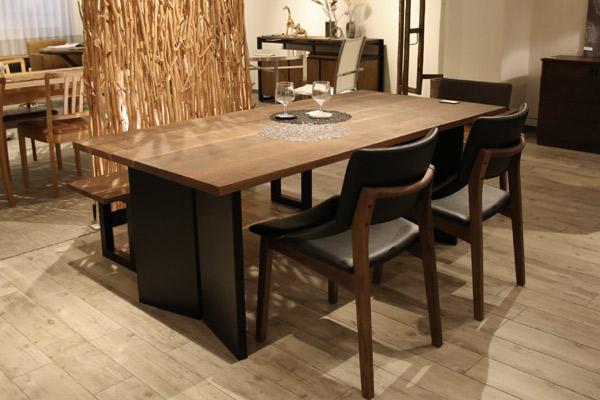 ウォールナットの家具にブラックカラーの組み合わせは、重くなりがちですが、床の色を明るくすると、スッキリ締まったモダンな空間