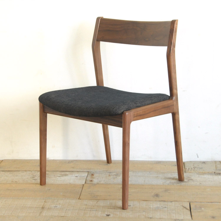 ウォールナット材の椅子(チェア)とブラックの張地