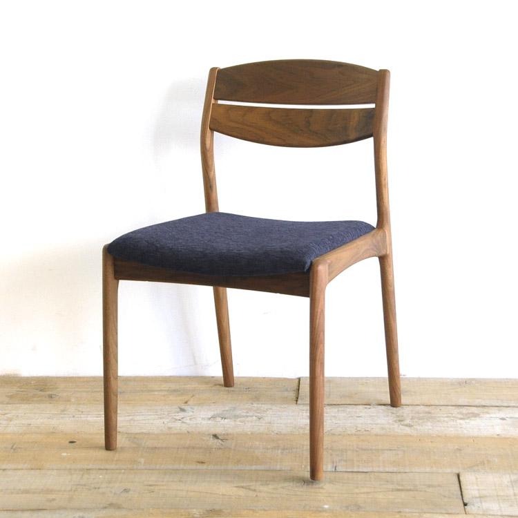ウォールナット材の椅子(チェア)とダークブルーの張地