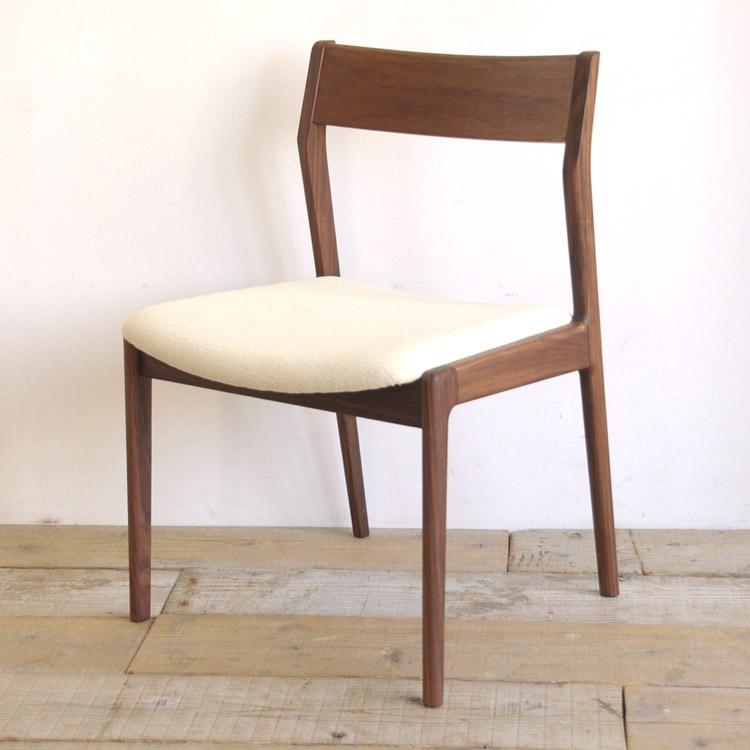 ウォールナット材の椅子(チェア)とアイボリーの張地