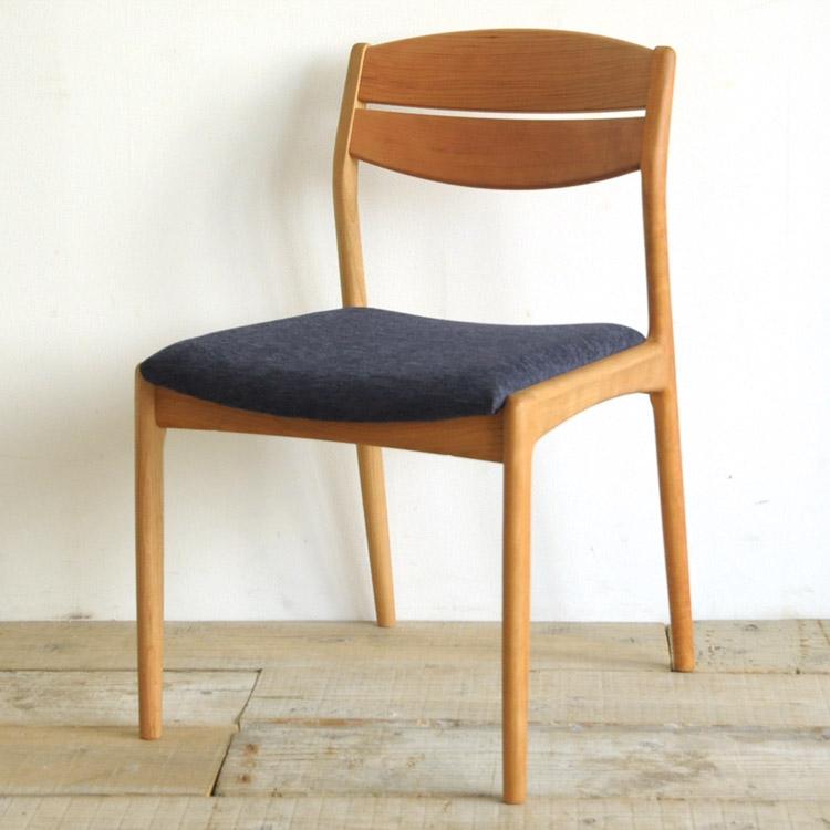 オーク材の椅子(チェア)とダークブルーの張地