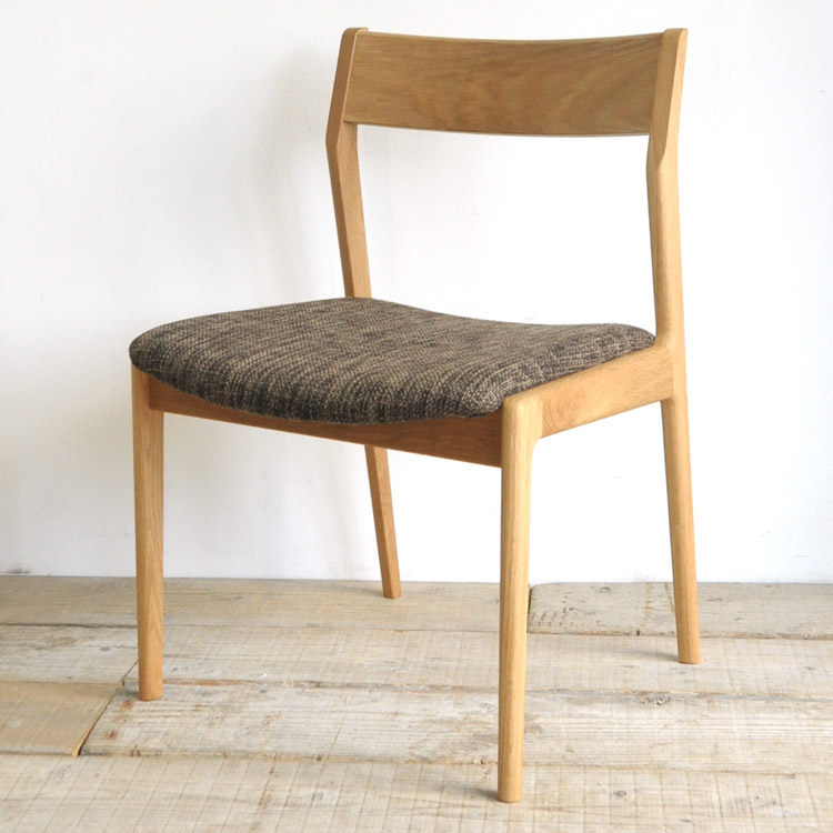 オーク材の椅子(チェア)とブラウンの張地