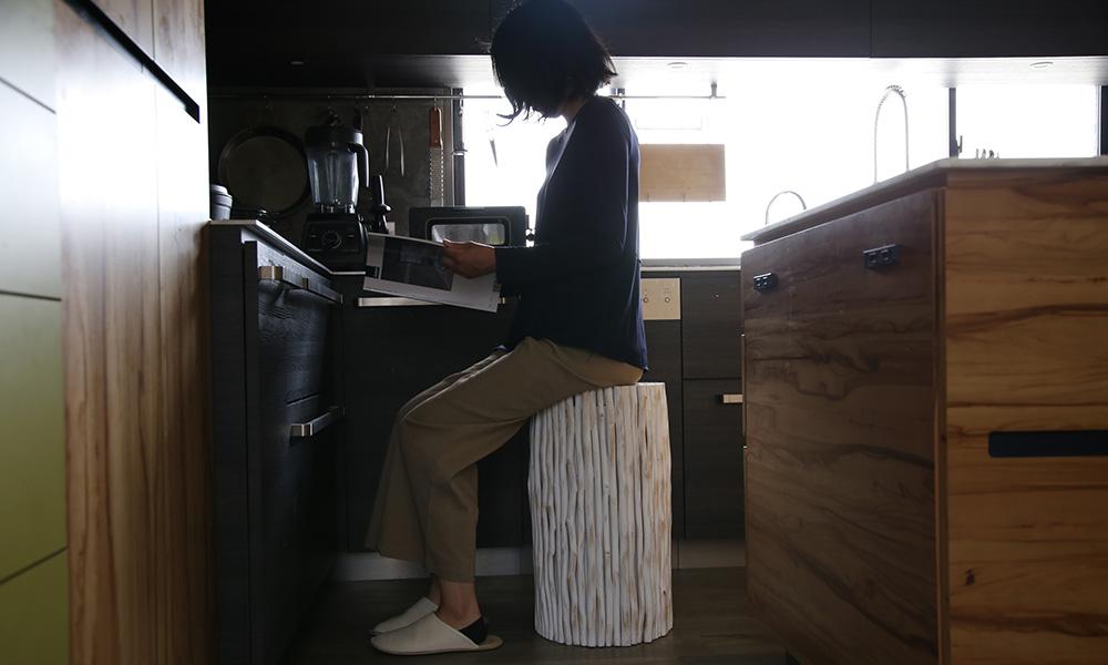 ミモザスツール、ミモザスツールHIのキッチンでの使用イメージ