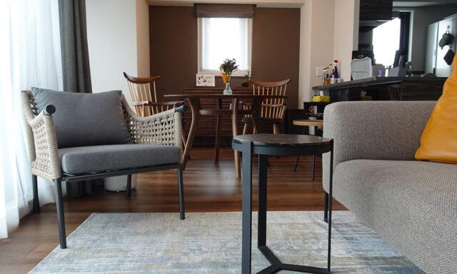 ルースソファとサイドテーブル
